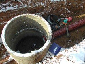 Смотровой канализационный колодец 300x225